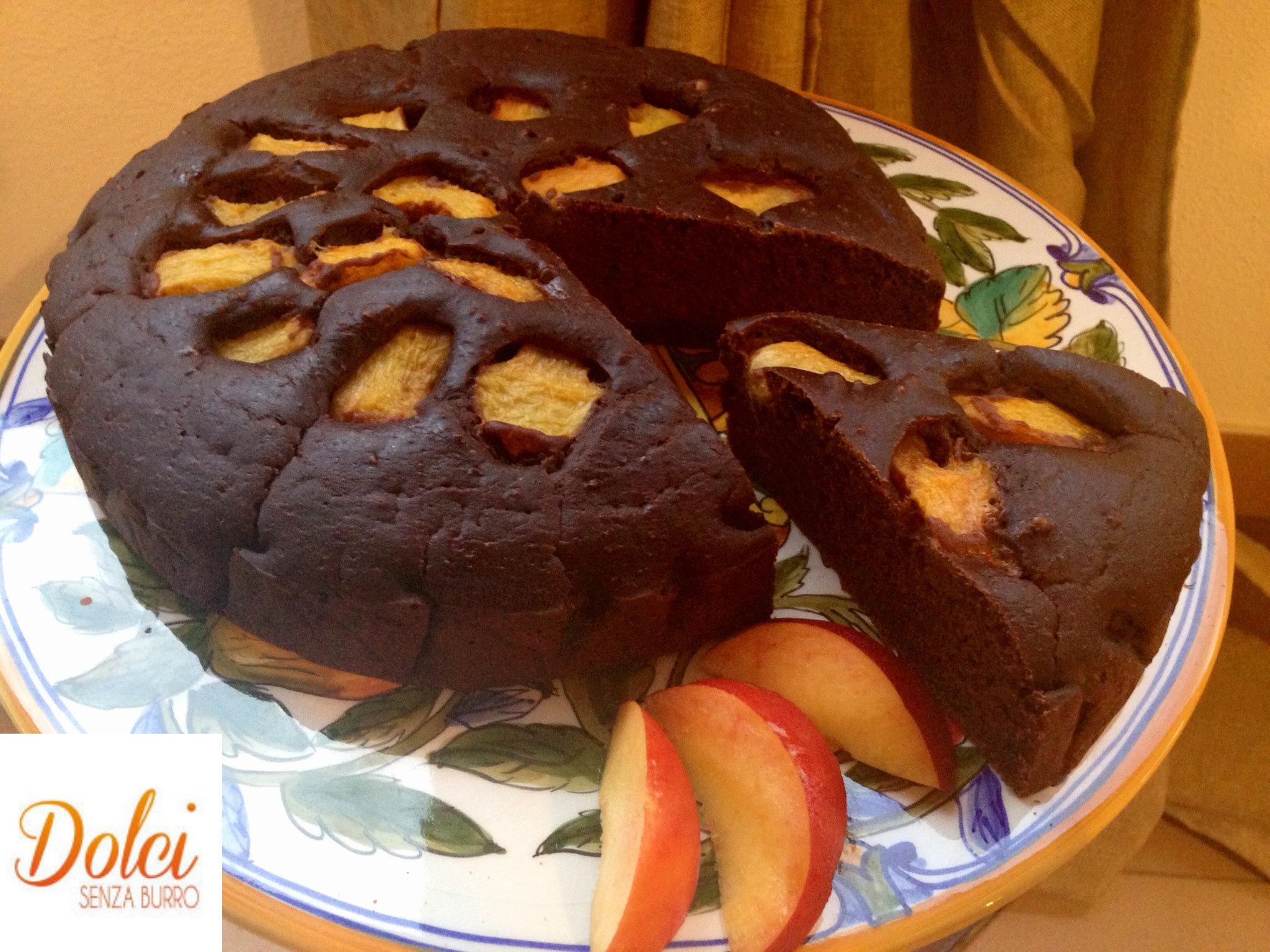 La torta cioccolato e pesche senza burro, un connubio perfetto di dolci senza burro