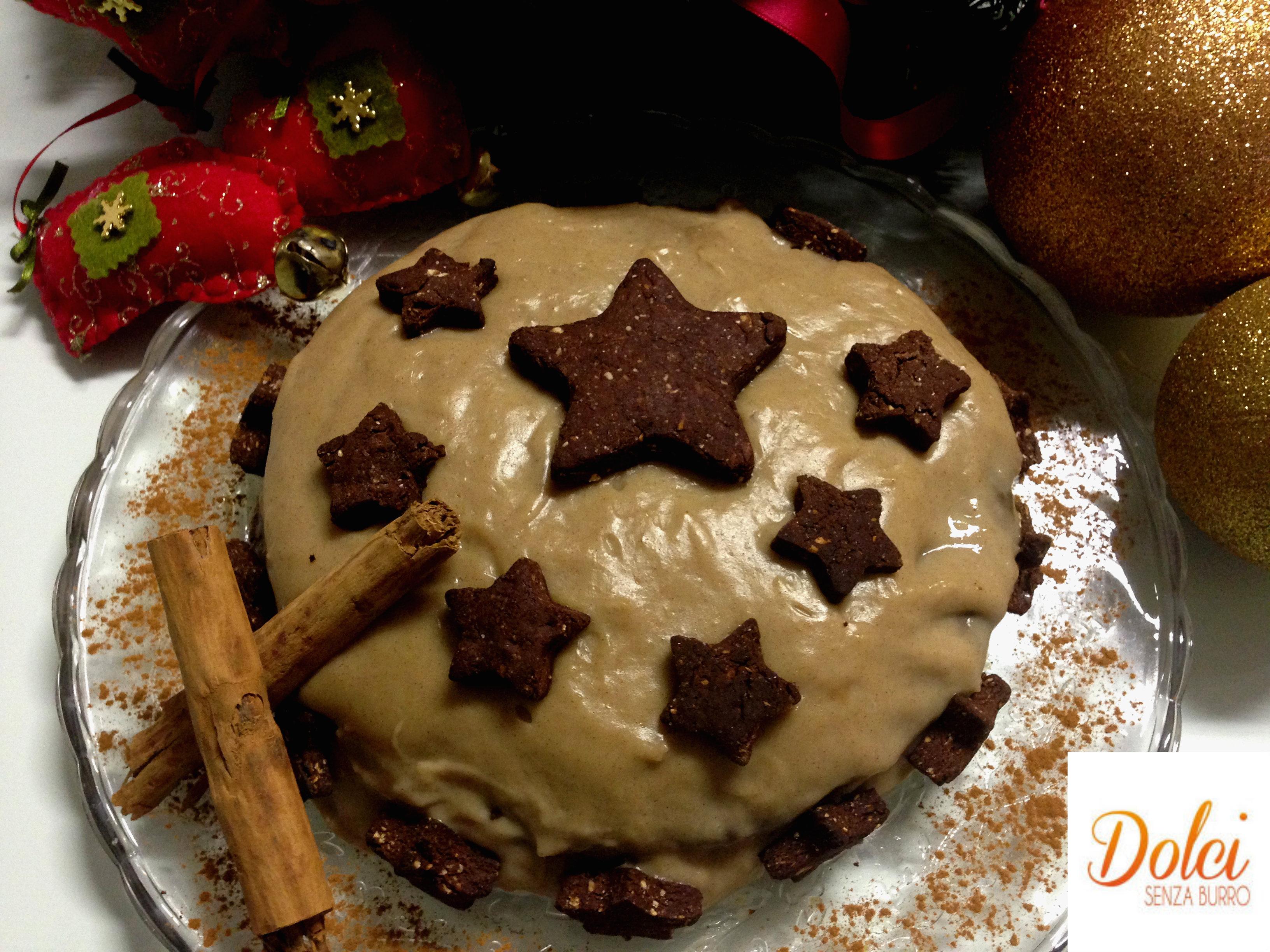Torta Senza Burro della Vigilia è composta da tre dischi di pasta biscottata al cioccolato farcita da crema pasticcera alla cannella, un dolce speciale di dolci senza burro
