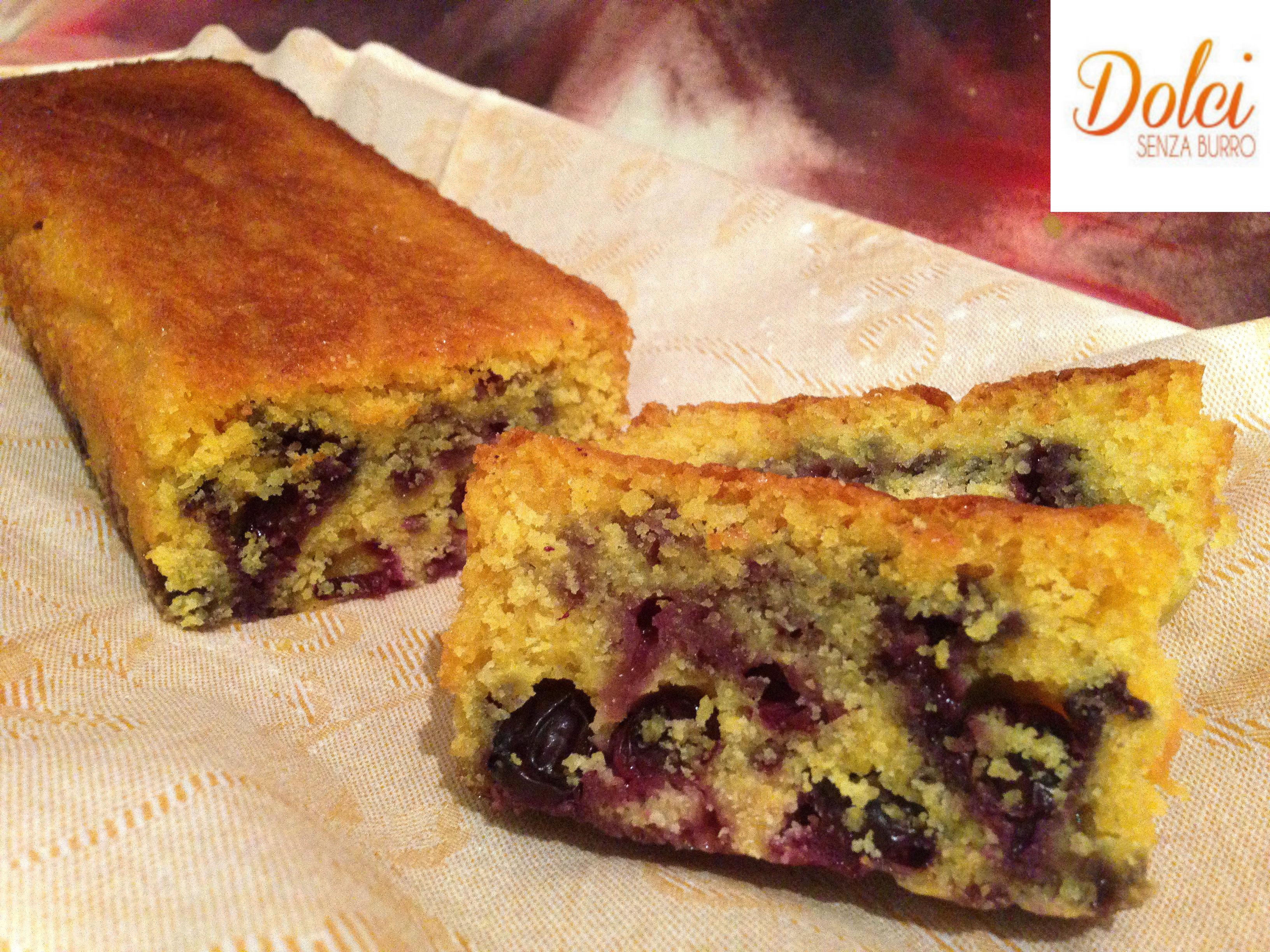 Plumcake senza burro ai mirtilli, un plumcake senza burro e uova con crumble di dolci senza burro