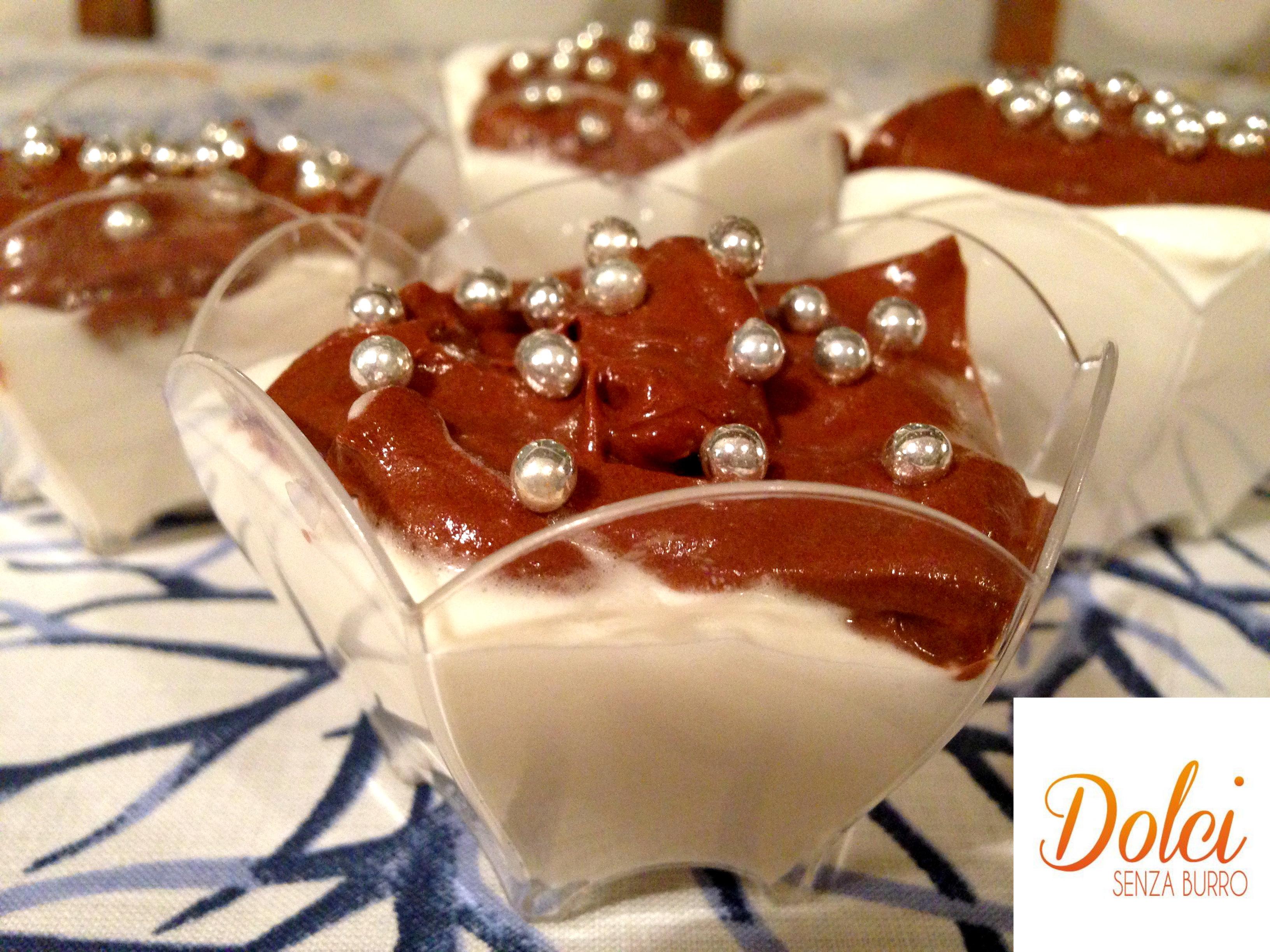 La Mousse alla Panna e Cioccolato è un dolce al cucchiaio sfizioso, gustoso e goloso di dolci senza burro