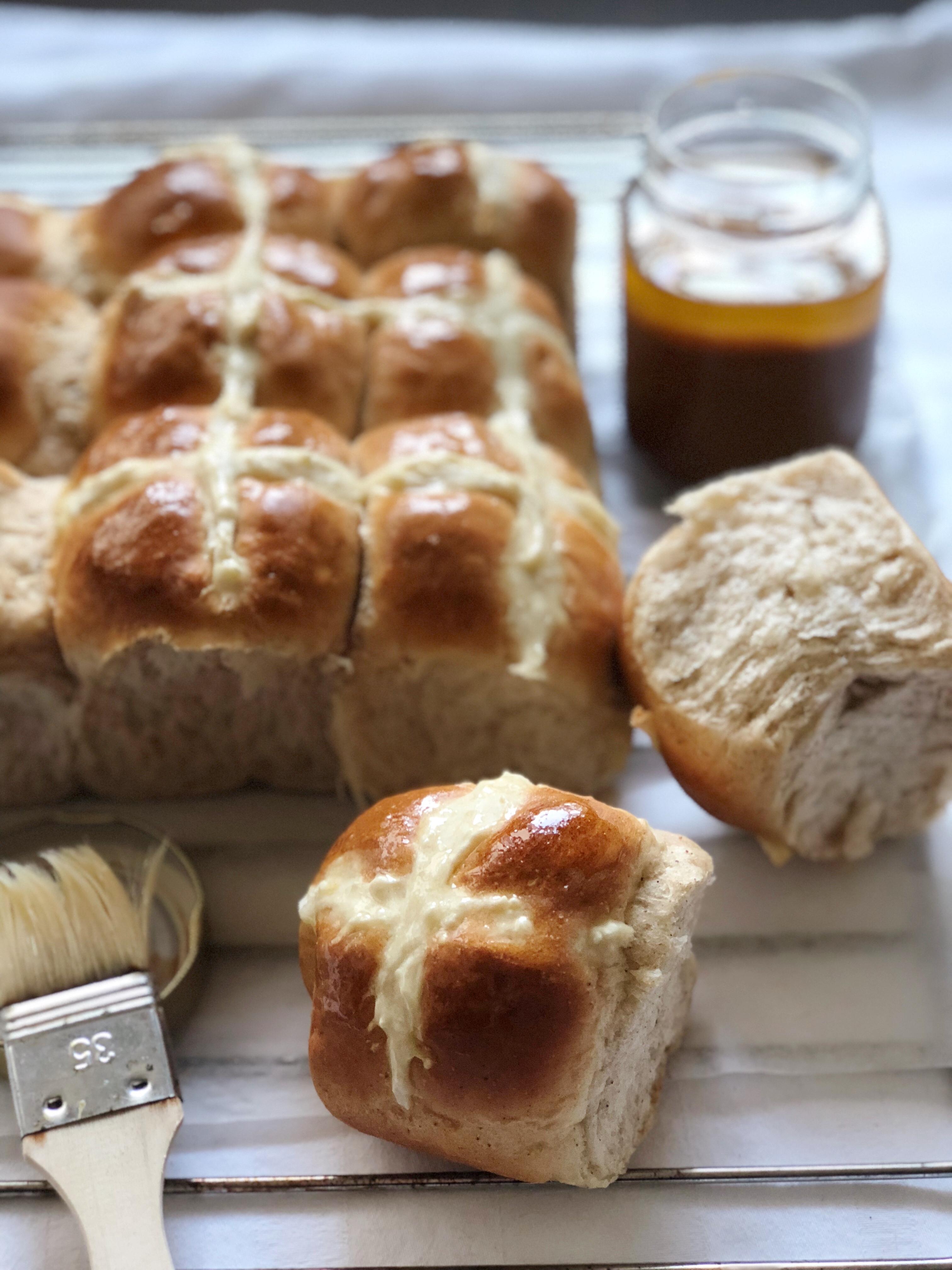 Gli Hot Cross Buns, i panini dolci e profumati di Pasqua Senza Burro