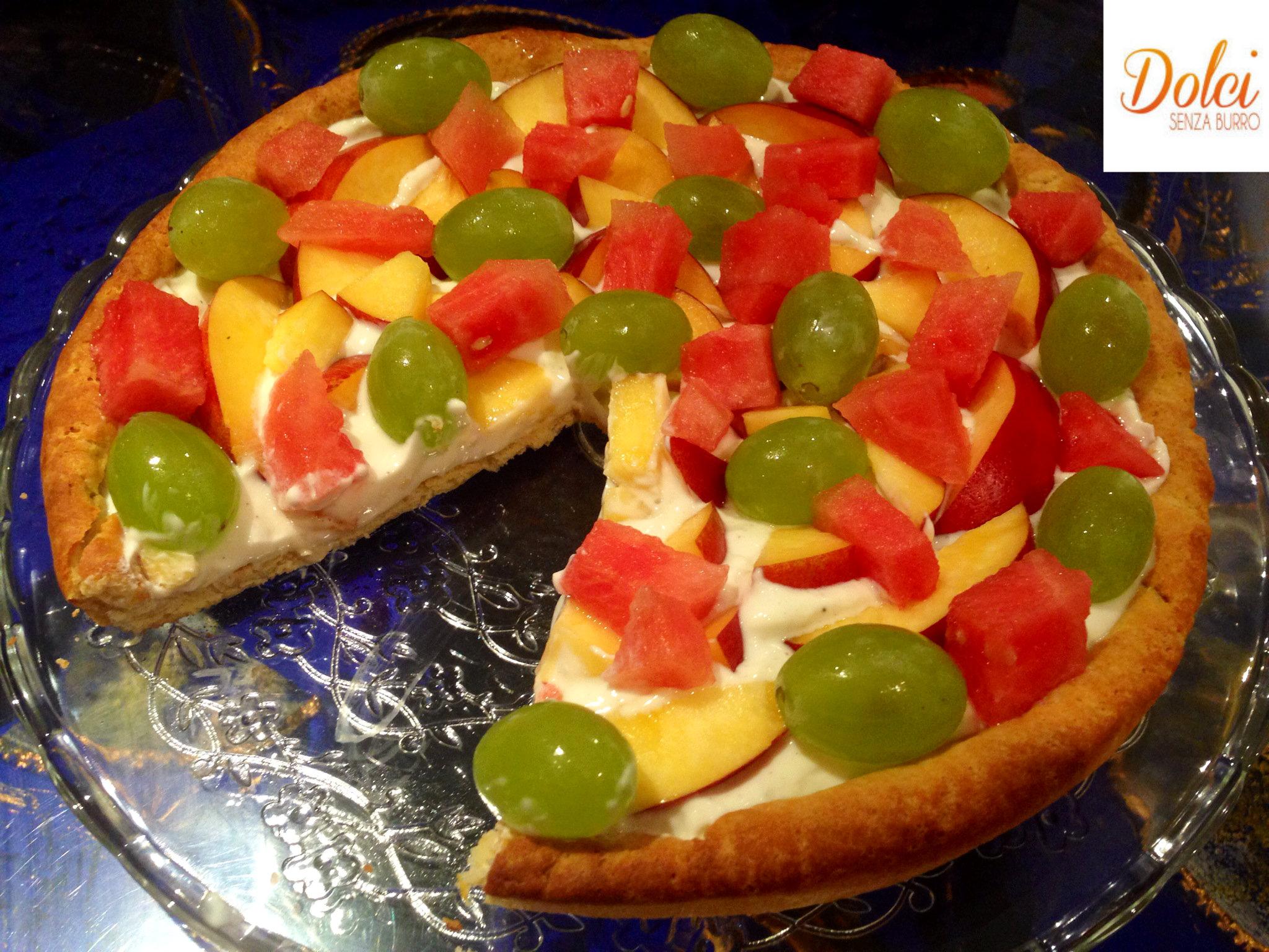 La pizza dolce alla frutta è un dolce senza lattosio e uova goloso e fresco realizzato con Cukò di Imetec da dolci senza burro