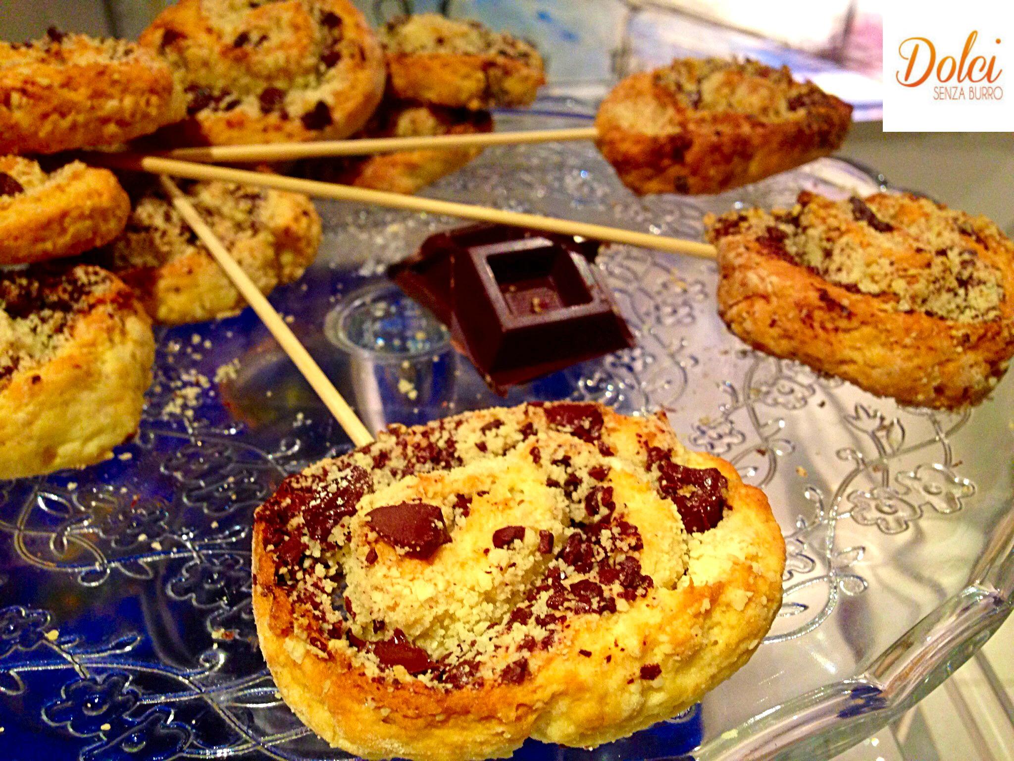 Girelle al Cioccolato Senza Burro e Uova, una morbida pasta farcita con cioccolato e nocciole di dolci senza burro