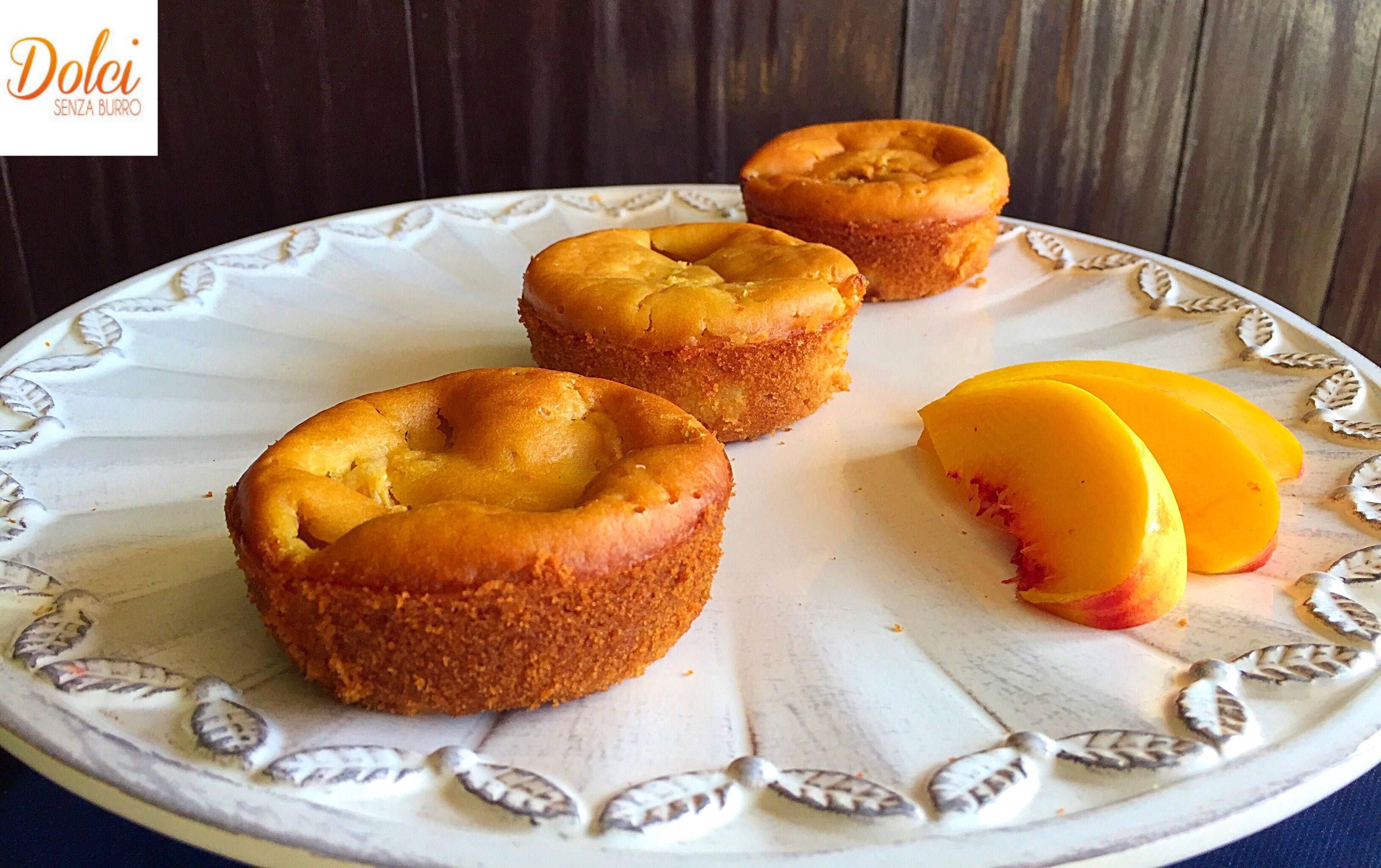 Le Tortine Senza Burro alle Pesche sono delle golose e soffici mini cake preparate da dolci senza burro