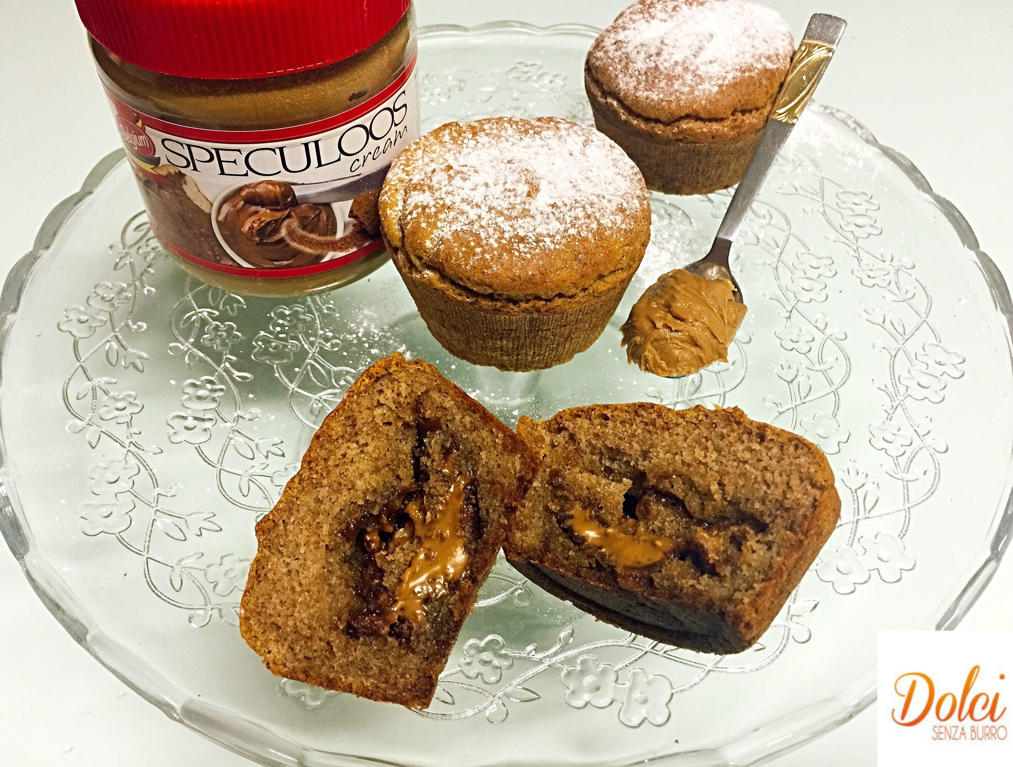 Muffin alla Crema di Speculoos Senza Burro! Dei soffici e golosi muffin con un cuore speciale di crema realizzata con gli omonimi biscotti belgi da dolci senza burro