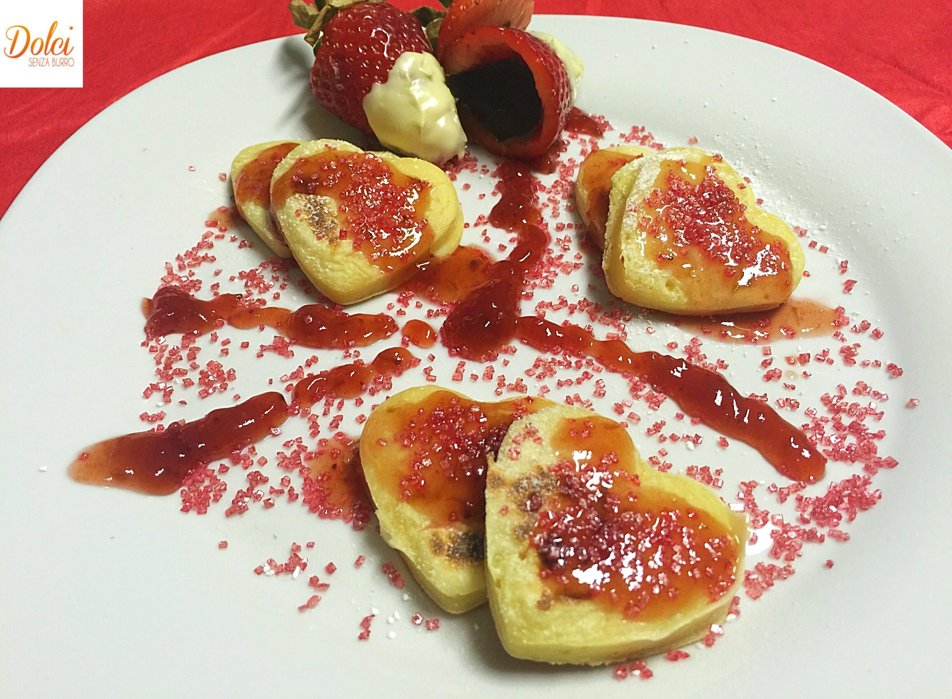 Pancakes alle Fragole Senza Burro, una versione originale, golosa e sfiziosa delle famose frittelle americane da dolci senza burro