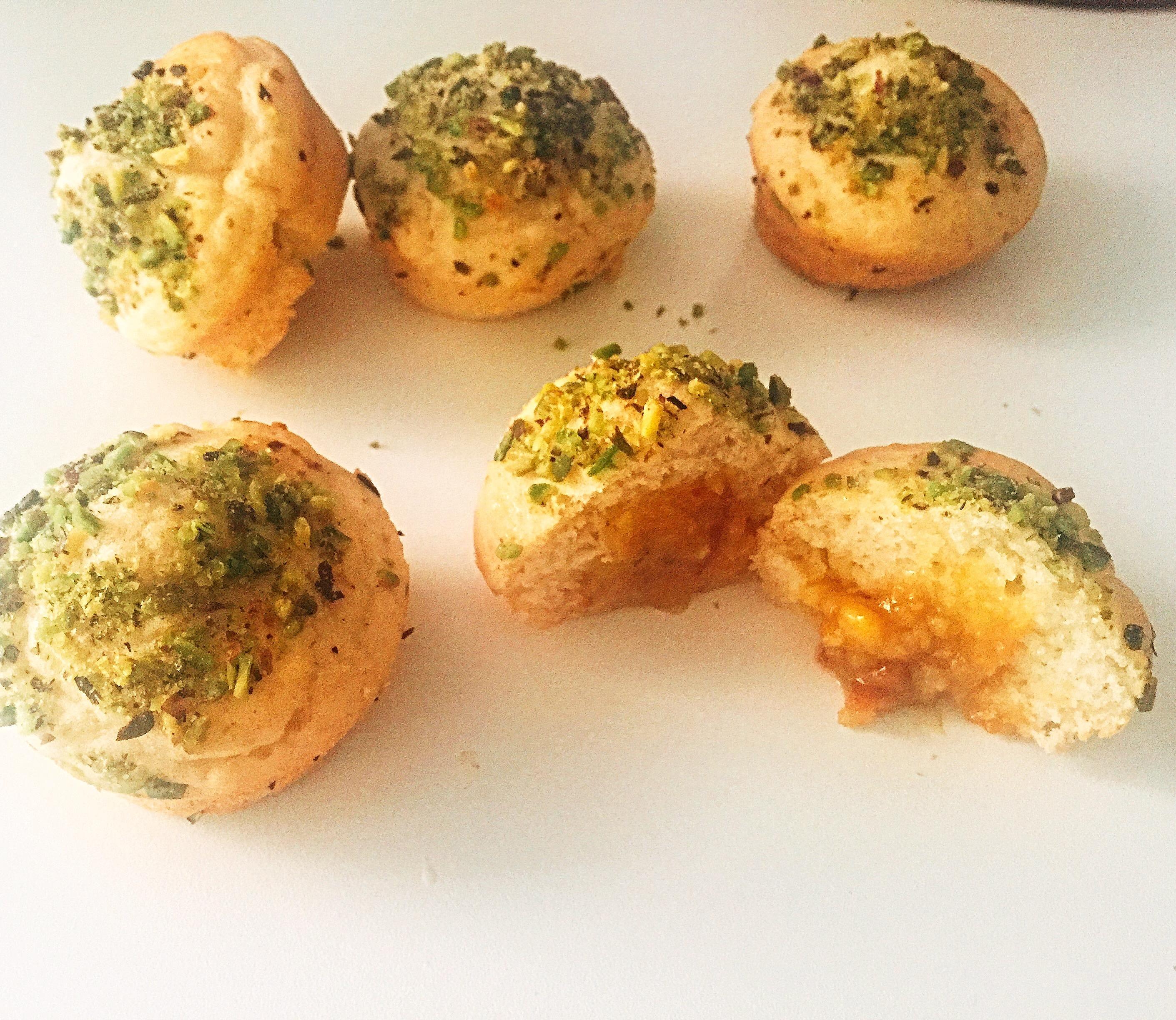 Muffin Arancia e Pistacchio Senza Burro, golosi dall'impasto soffice che racchiudono un cuore di marmellata! Perfetti per restare in forma con gusto!
