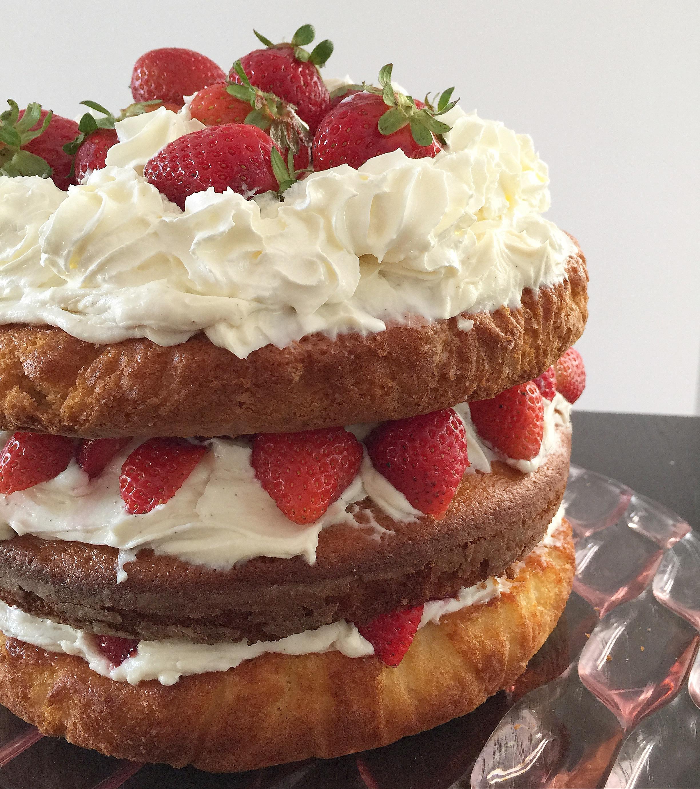 Naked Cake alle Fragole Senza Burro, la torta nuda golosa e speciale di dolci senza burro!