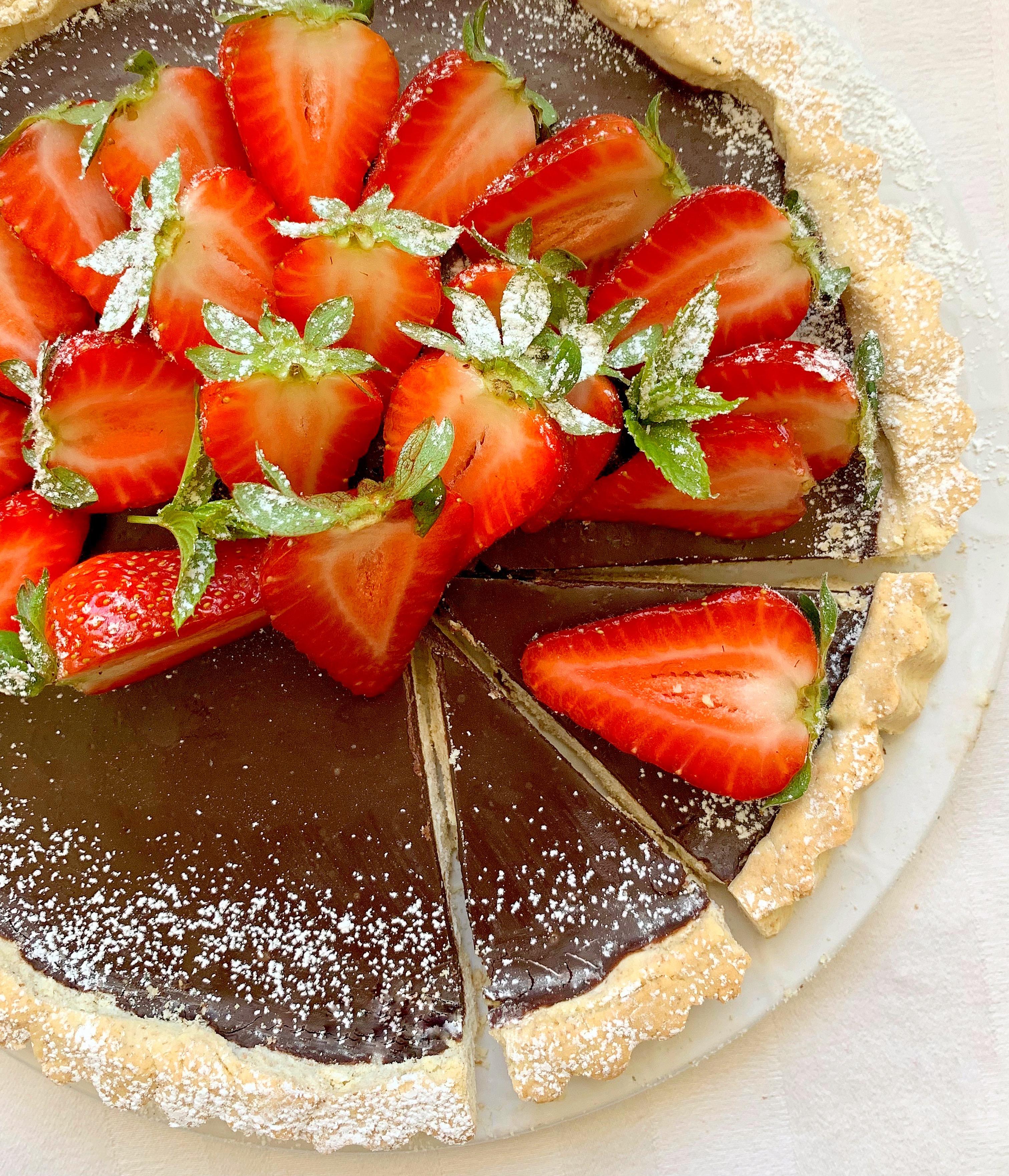 La Crostata Senza Burro di Fragole e Cioccolato è un goloso e sfizioso dolce senza burro realizzato da pasta frolla all'olio,ganache al cioccolato e fragole