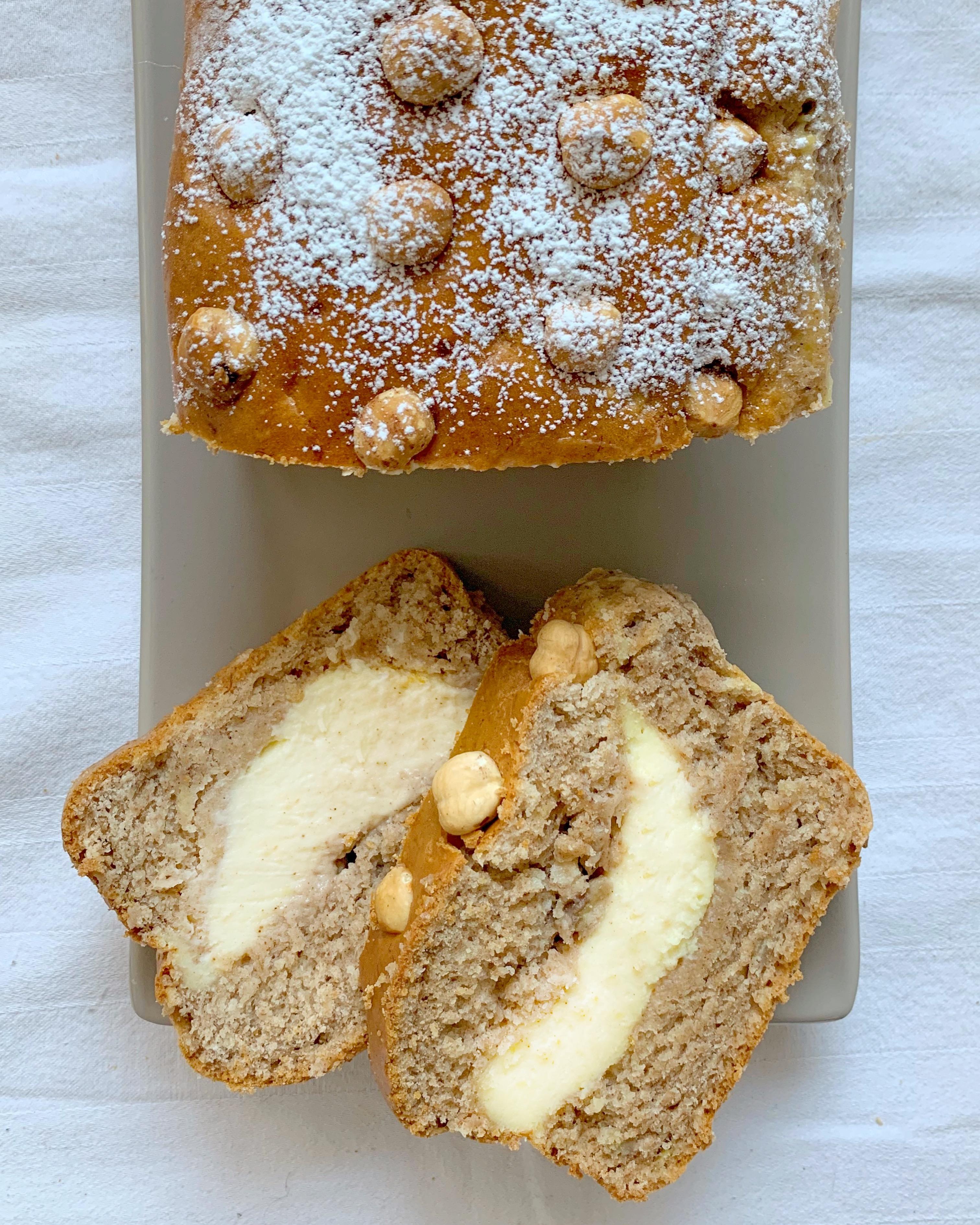 Cream Cheese Banana Bread, il famoso dolce reso ancora più goloso da un cuore morbido di cheesecake! Una vera coccola di piacere senza burro e uova!