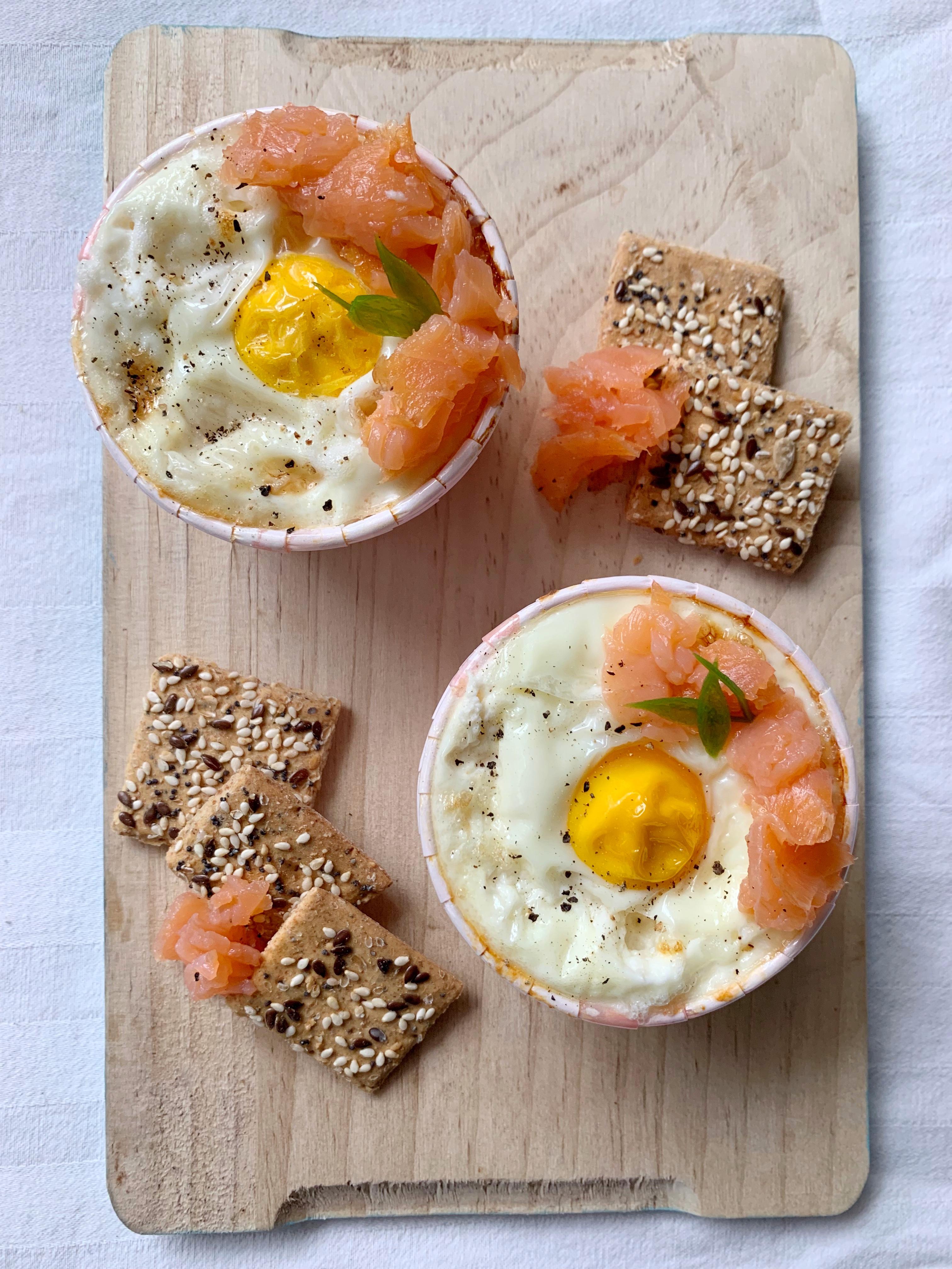 Uova in Cocotte, una ricetta facile e veloce per portare in tavola le uova in maniera originale! Una crema di ricotta e salmone coperta dall'uovo!